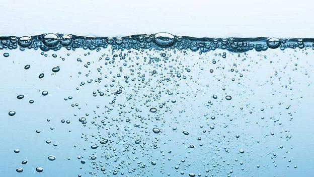 Какая вода полезнее — газированная или негазированная?